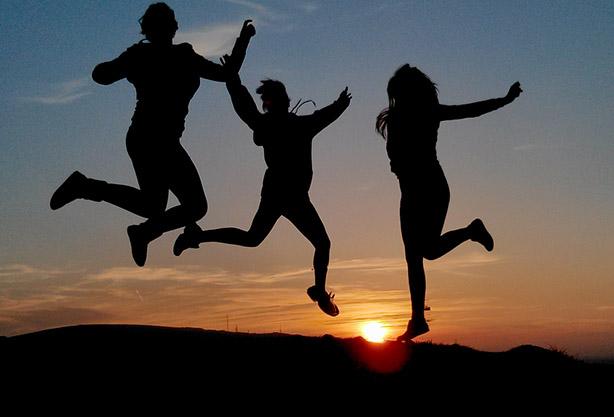 Troje skaczących ludzi
